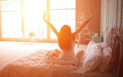 Jak wstać z łóżka? 6 porad, jak radzić sobie z ciężkimi porankami